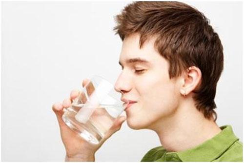 Uống nước đầy đủ, đều đặn 1