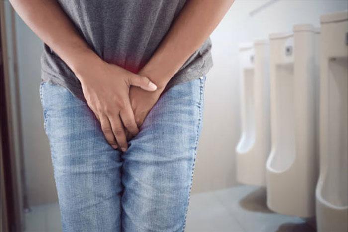 Tiểu són ở nam giới có phải bệnh? 1